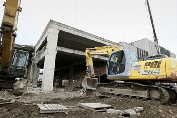 Starú autobusovú stanicu začali búrať tento týždeň, na jej mieste vyrastie nová.