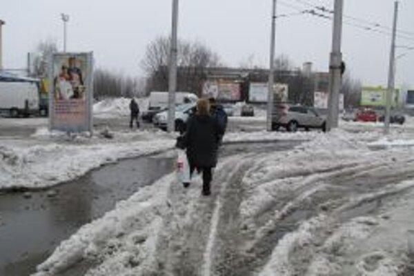 Pre železničnou stanicou, kde sú zastávky trolejbusov sa autobusov, sa ľudia včera predierali cez mokrý sneh a veľké mláky