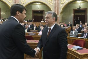Maďarský prezident János Áder (vľavo) s premiérom Viktorom Orbánom.