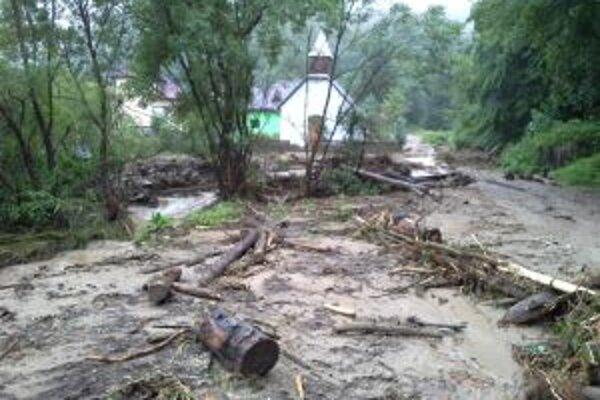 Lokálne povodne narobili problémy na viacerých miestach kraja