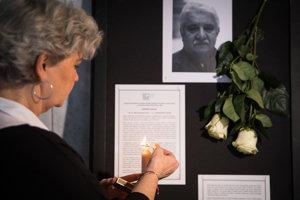 Smútiaca pri vystavenej kondolenčnej knihe počas poslednej rozlúčky s Mariánom Labudom.