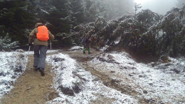 Blato ešte viac umocnili dážď so snehom.