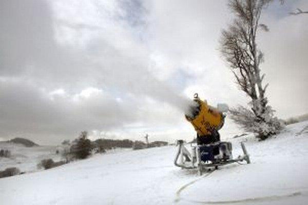 Strediská si vypomáhajú technickým snehom, cez víkend by však mal pribudnúť aj prírodný