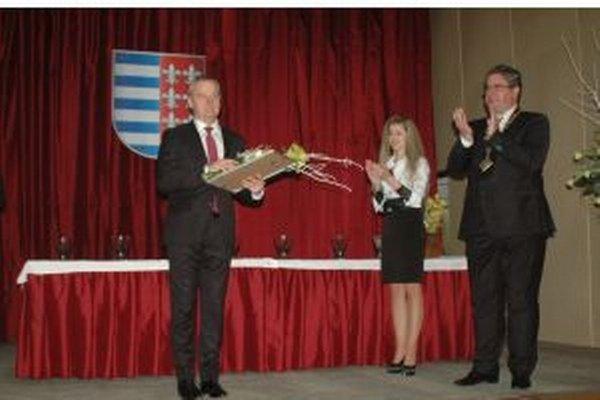 Primár Ján Mačkin pri preberaní ocenenia