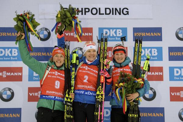 Kaisa Mäkäräinenová (uprostred) vyhrala preteky s hromadným štartom, vľavo druhá Nemka Laura Dahlmeierová a vpravo tretia Češka Veronika Vítková.