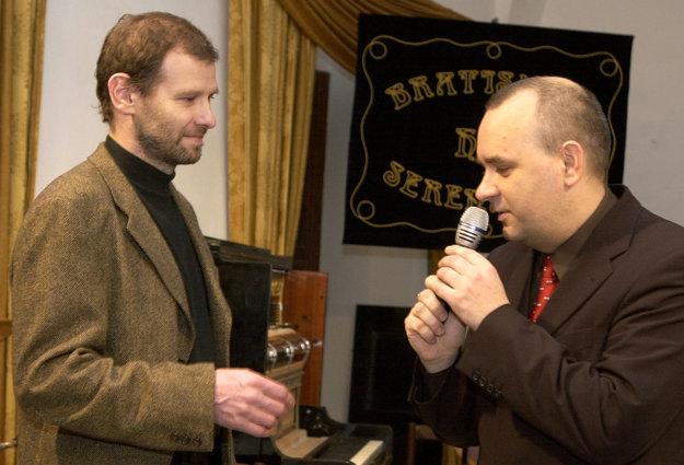 Bývalý šéfredaktor SME Martin M. Šimečka (vľavo) a riaditeľ vydavateľstva Petit Press Alexej Fulmek.