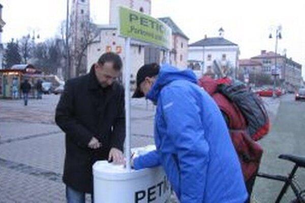Podpisy pod petíciu zbierali v centre mesta
