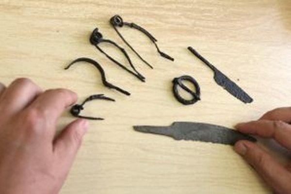 Našli sa tu spony, rôzne nástroje aj úlomok váh.