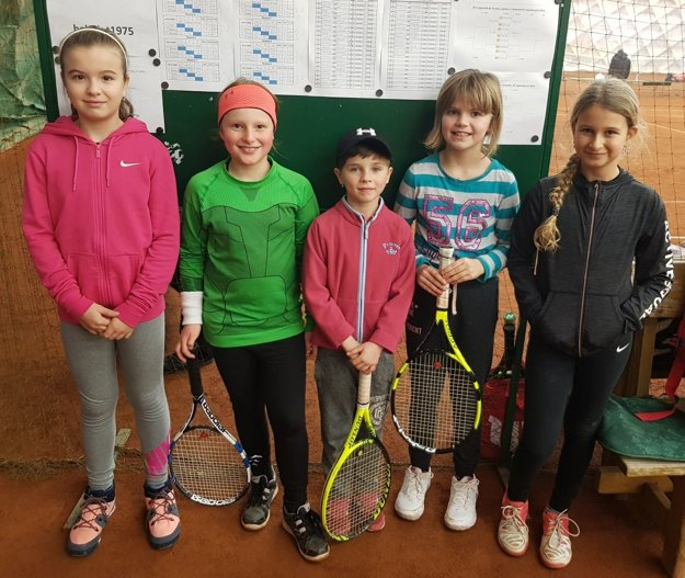 Dievčatá zľava: Lea Belanská, Sophia Bielopotocká, Karolína Bachanová, Viktória Laudonová, Yasmine Moussa.