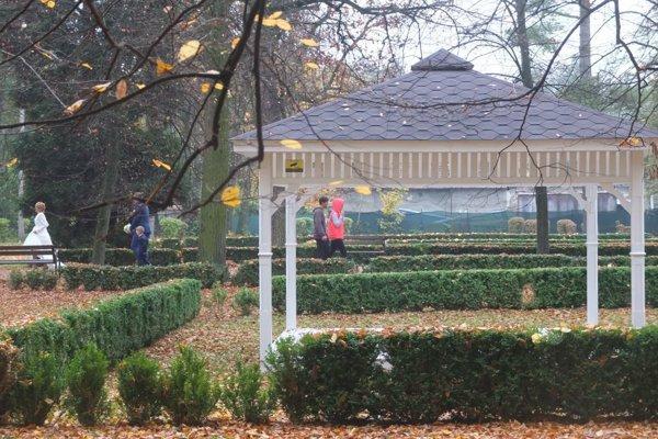 Park vyhľadávajú páry ako miesto pre sobáš, ale aj ako kulisu pre svadobné fotografie.
