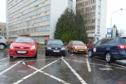 Taxislužby môžu zabojovať o jedno zo štyroch ponúkaných miest pred levickou poliklinikou.