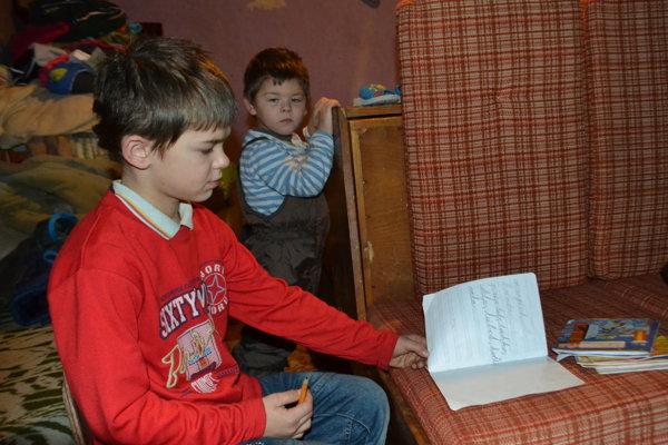 Viktorovi chýba stolík, na ktorom by si mohol písať domáce úlohy.