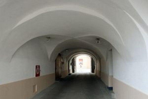 Popod túto klenbu na Lazovnej ulici chodievala aj Júlia Korponaiová.