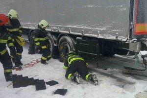Situáciu na diaľnici v úseku od Chocholnej-Velčice až po Ilavu skomplikovali tri nehody. Pri všetkých zasahovali aj hasiči.