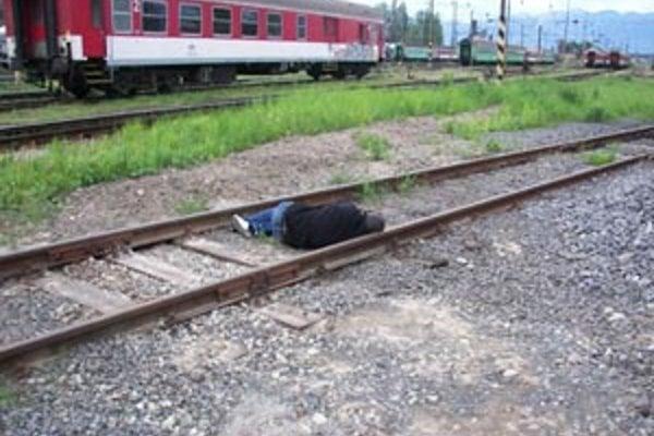 Muža vlak zachytil v koľajisku.