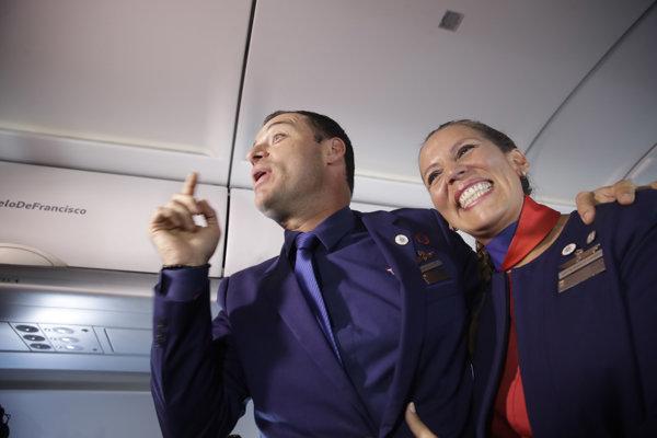 Carlosa Ciuffardiho a Paolu Podestovú zosobášil pápež počas letu.