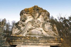 Epitaf na cintoríne v Hronseku si stále stráži svoje tajomstvo.