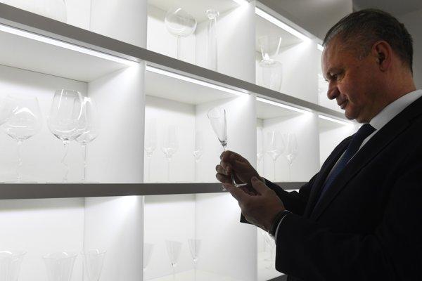 Slovenský prezident Andrej Kiska navštívil sklárne v Lednických Rovniach.
