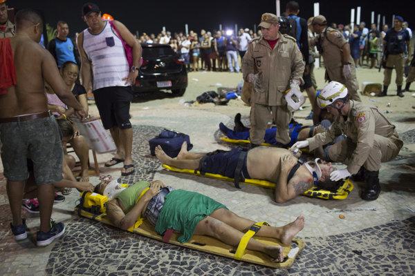 Záchranári ošetrujú chodcov, ktorých na pláži Copacabana v Riu de Janeiro zranil šofér autom.