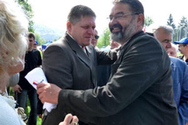 Na snímke primátor Banskej Bystrice Ivan Saktor (vpravo uprostred) víta expremiéra Roberta Fica (vľavo uprostred) počas osláv 1. mája 2010.