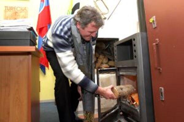 O teplo na obecnom úrade v Tureckej sa stará starosta. Tvrdí, že ľudia v horách nepodcenia žiadnu zimu a vždy sa na ňu pripravia.