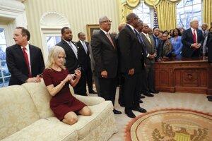 Poradkyňa amerického prezidenta Donalda Trumpa Kellyanne Conwayová kľačí na pohovke počas stretnutia s riaditeľmi a rektormi amerických černošských škôl a univerzít. Neformálny spôsob sedenia Conwayovej vyvolal na sociálnych sieťach rozruch.