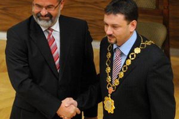 Bývalý primátor Ivan Saktor odovzdal funkciu Petrovi Gogolovi.