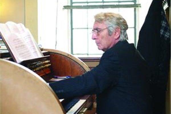 Profesor Riečan trávi za organom už 60 rokov.