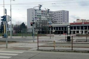 Prestupný uzol. Zastávka električiek pri Spoločenskom pavilóne by mala slúžiť naraz aj cestujúcim, prestupujúcim na autobusy.