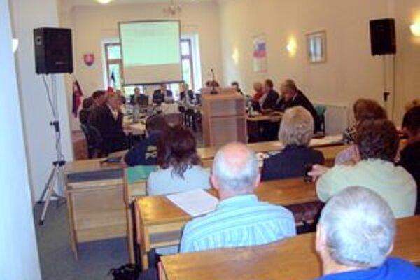 Poslanci rokovali o osude športového štadióna.