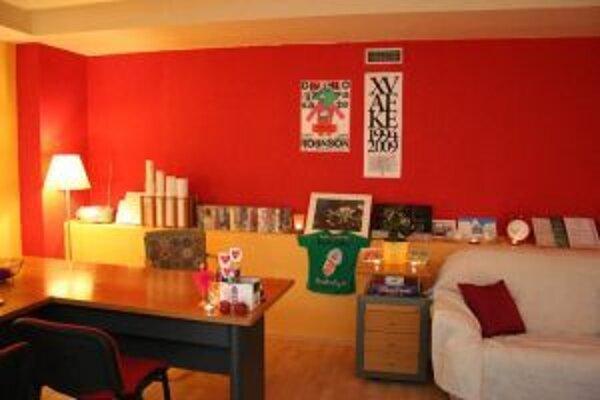 Pocit príjemnej obývacej izby evokuje priestor komunitného centra zámerne