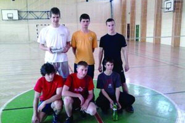 Matej sa najlepšie cíti s priateľmi pri športe. (vo vrchnom rade prvý zľava)