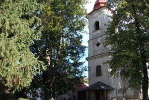 Hrochotský kostol. Kvôli lipe, ktorá sa oň opiera, vlhnú steny.