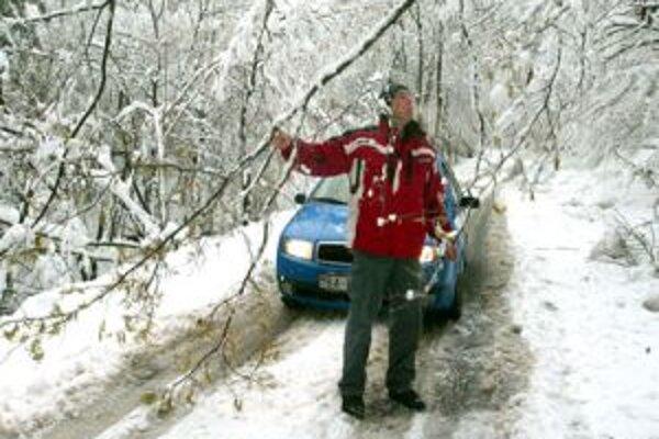 Ťažký sneh nielen lámal stromy, ale spôsobil aj problémy s dodávkami energie