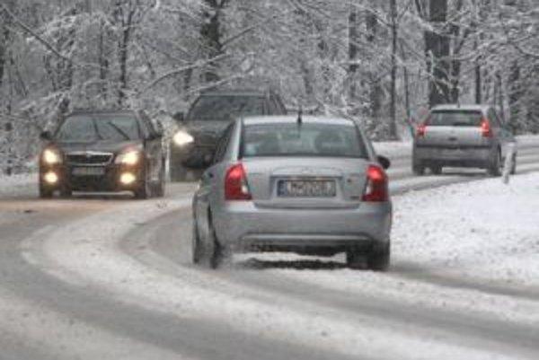 Situácia na cestách nie je napriek občasnému sneženiu kritická