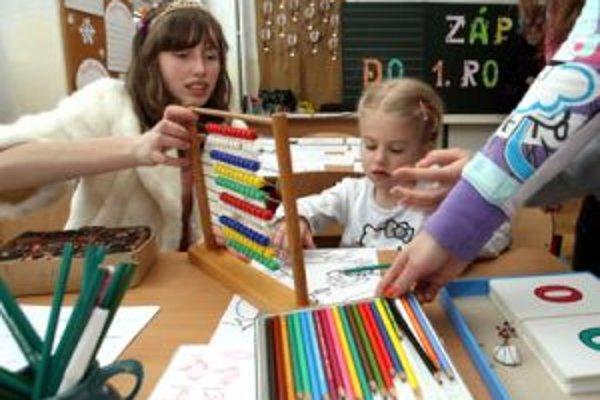 Zápis nemá byť pre dieťa stresom, školy preto často volia formu hry a rozprávky