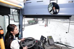 Útle žieňa za volantom vyše desaťmetrového autobusu.