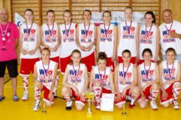 Mladé basketbalistky sa na turnaj tešia.