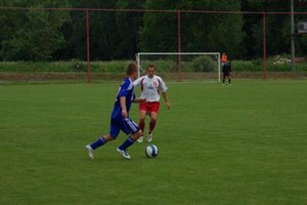 Domomáci Michal Rusnák (v bielom)sa na víťazstve Kremničky podieľal dvomi gólovými prihrávkami.