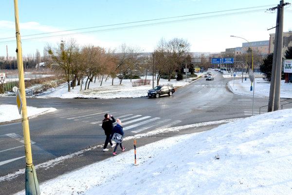 Križovatka Kostolianska. Jeden z najproblémovejších vstupov do mesta víta motoristov často kolónami.