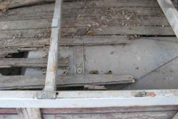 Stĺp skončil v rozpadávajúcej sa drevenej schránke