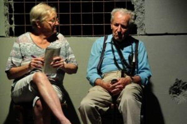 Inscenáciu Stoličky naštudovala režisérka Viera Dubačová so seniormi. Niektorí z nich sa postavili na divadelné dosky po prvý krát