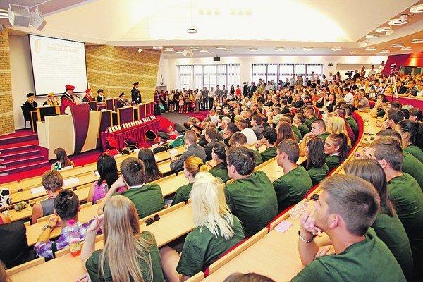 Vysokoškolákov ubúda všetkým vysokým vysokým školám, verejným aj súkromným.