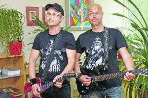 V troch humorne ladených scénkach klipu účinkuje frontman kapely Horkýže Slíže Koko a dekan Fakulty sociálnych vied a zdravotníctva UKF Rastislav Rosinský.