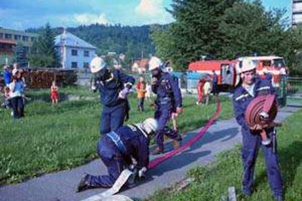 Brusnianski hasiči odovzdávajú skúsenosti aj mládeži.