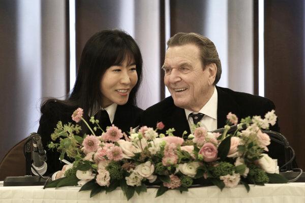 Bývalý nemecký kancelár Gergard Schröder (vpravo) so svojou nastávajúcou Kim So-jon.