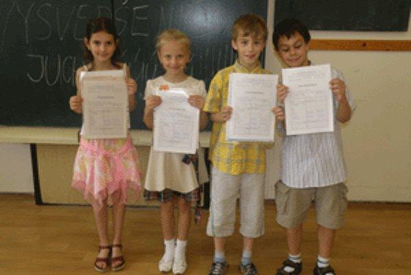 Vysvedčenia si dnes prebrali aj deti z II.B na ZŠ Slobodného slovenského vysielača v Banskej Bystrici.