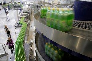 Pásový dopravník vo fabrike spoločnosti PepsiCo v Moskve, kde sa fľaškujú napríklad limonády a energetické nápoje. Archívna snímka z roku 2009.