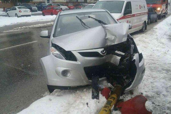 Auto zdemolovalo aj pouličnú lampu.