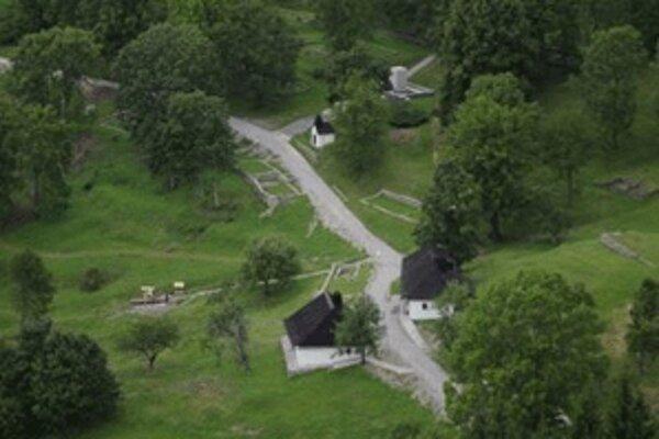 Nacisti tu zavraždili 13 obyvateľov a vypálili 42 domov.